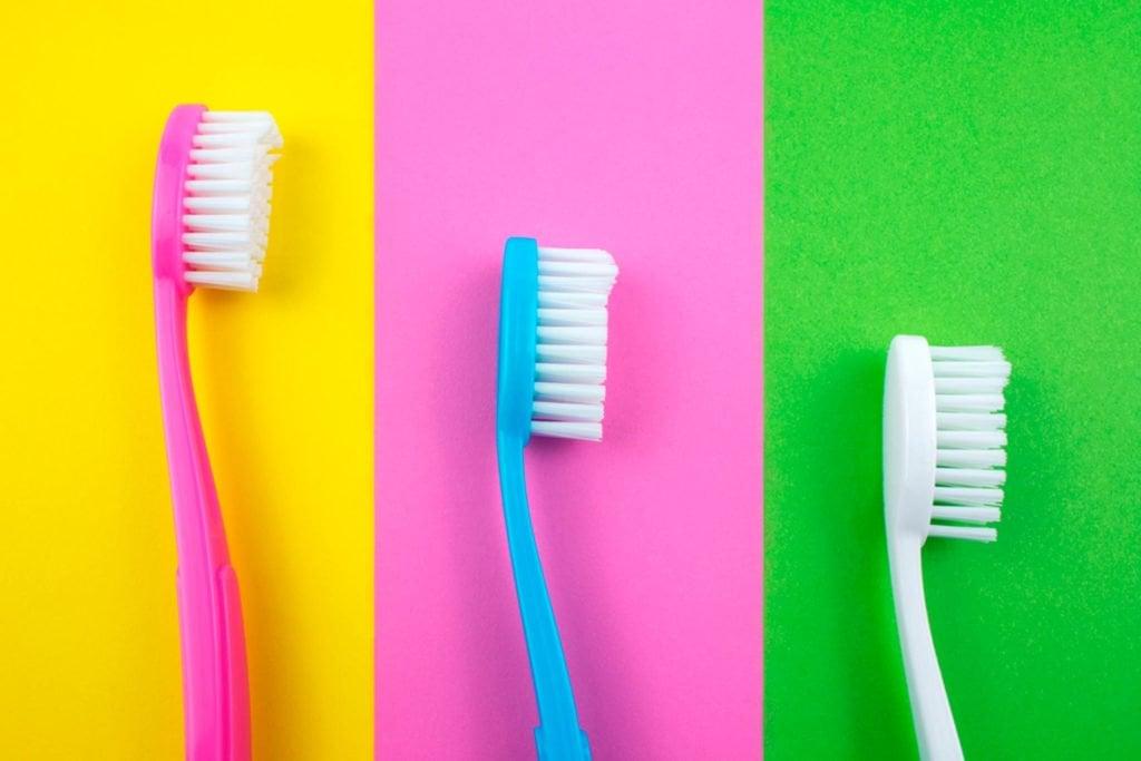 Какая зубная щетка лучше — с натуральной щетиной или синтетической?